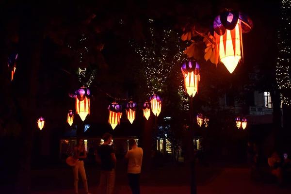 Центр міста прикрасили десятками ліхтариків. Марцінків показав «казковий сквер» (фоторепортаж)